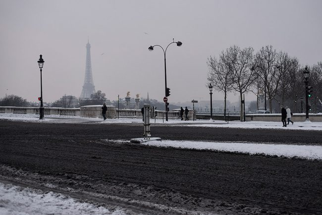 From the completely snowy Concorde square stands the Eiffel Tower on the horizon.