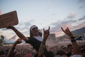 Festival-goers are enjoying the show in Musilac 2
