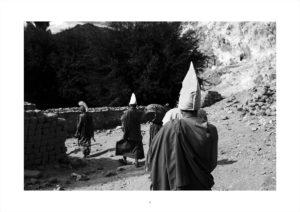 The Buddhist monks of the yellow hats school come out of Thiksey Monastery.Les moines bouddhistes de l'école des bonnets jaunes sortent du monastère de Thiksey.