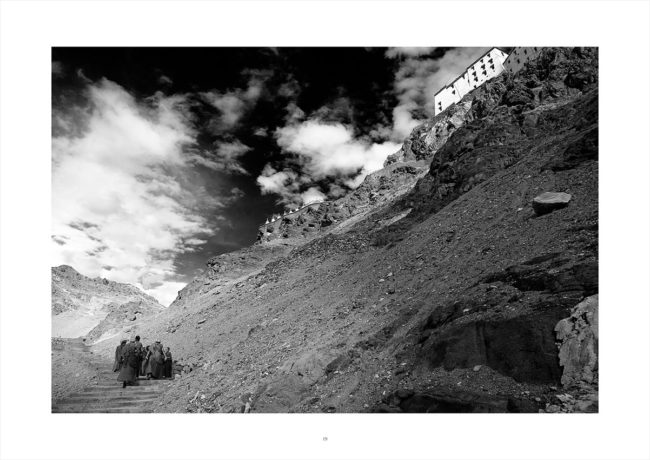 The monks goes back to Thiksey monastery.Les moines remonte au monastère de Thiksey.