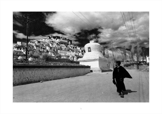 A young Buddhist monk walks below the village of Thiksey, Ladakh.Un jeune moine bouddhiste marche en contrebas du village de Thiksey, au Ladakh.