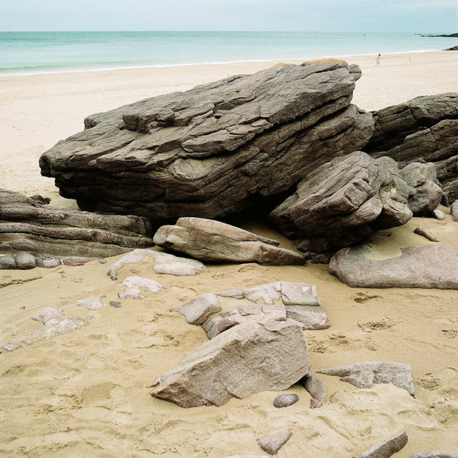 The rocks of one of Érquy's beaches. Les rochers d'une des plages d'Érquy.