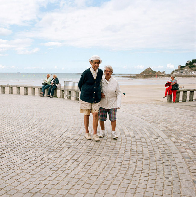 Two old women on the waterfront. Deux vieilles femmes sur le front de mer.