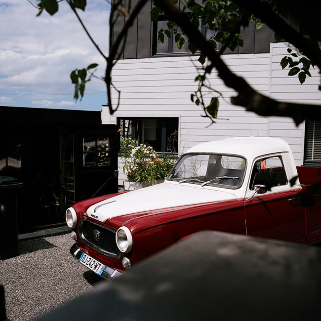 The old red and white car. La vieille voiture rouge et blanche.