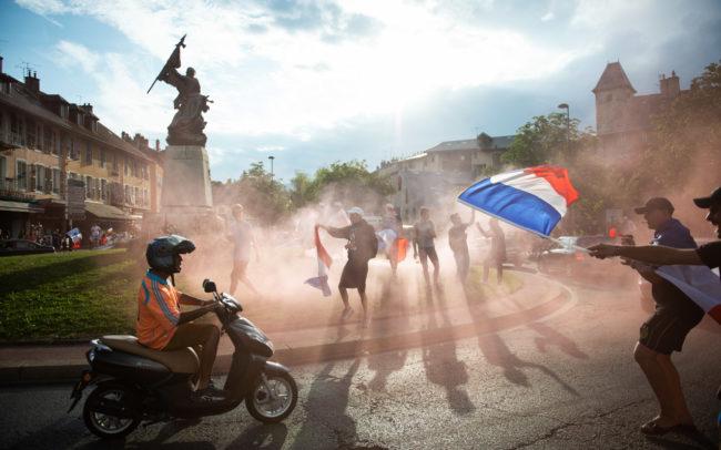 Après la victoire de l'équipe de france de football au mondial de Russie, les habitants de Chambéry célèbrent la victoire.