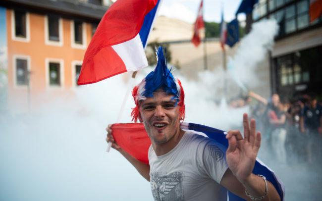 Portrait d'un chambérien fêtant la victoire de l' équipe de France.