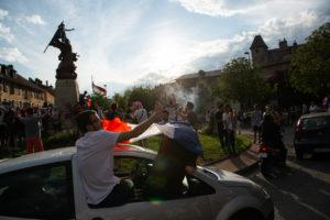 Les habitants de Chambéry célèbrent la victoire sur un rond point.