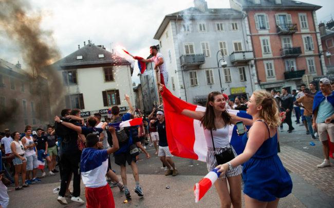 les habitants de Chambéry célèbrent la victoire au carré Curial.