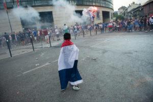 Un enfant porte un drapeau français sur lui à Curial.