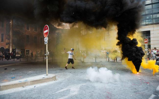 Un homme dancent au milieu des fumigènes à Curial.