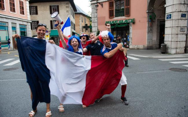 Un groupe de chambériens est heureux et pose dans les rues de Chambéry.