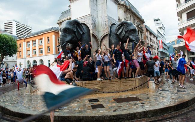 Les gens sont autour des éléphants, symbole de la ville de Chambéry.