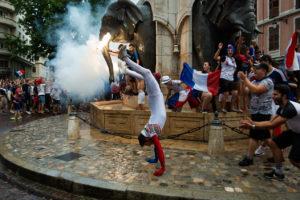 es gens sont autour des éléphants, symbole de la ville de Chambéry et un homme avance sur les mains.