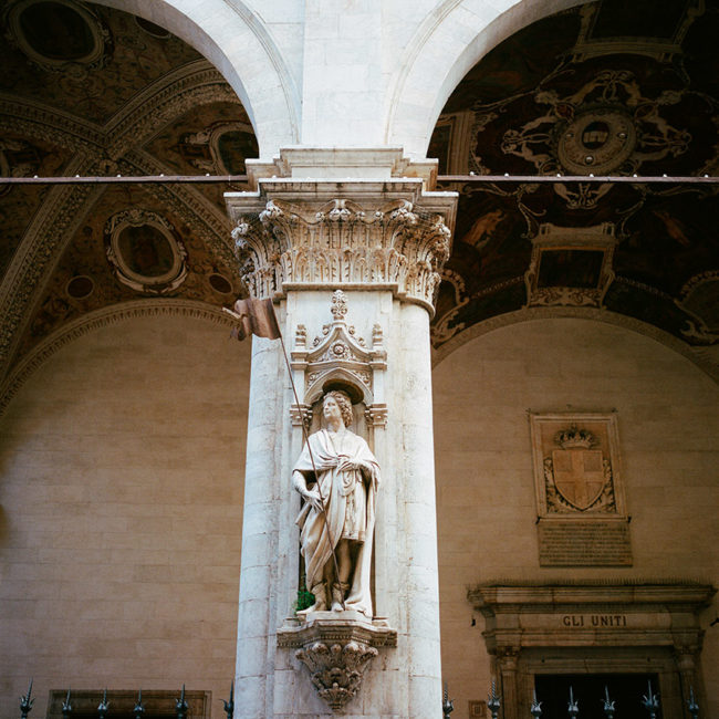 The Siena trade loggia's statue