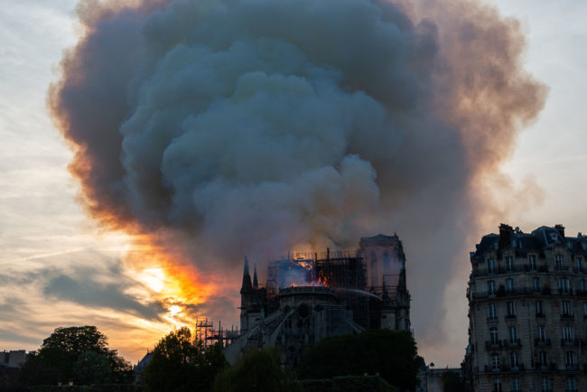 Notre-Dame de Paris burns in thick smoke. Notre-Dame de Paris brûle dans une épaisse fumée.