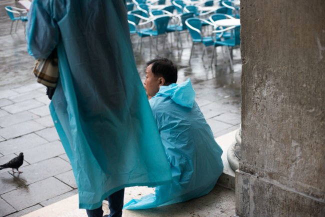 The blue ponchos of St Mark's Square in Venice. Les ponchos bleus de la place St Marc de Venise.