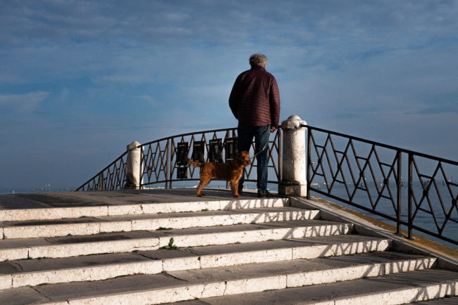 The master and the dog at the top of a bridge in Venice. Le maître et le chien en haut d'un pont de Venise.