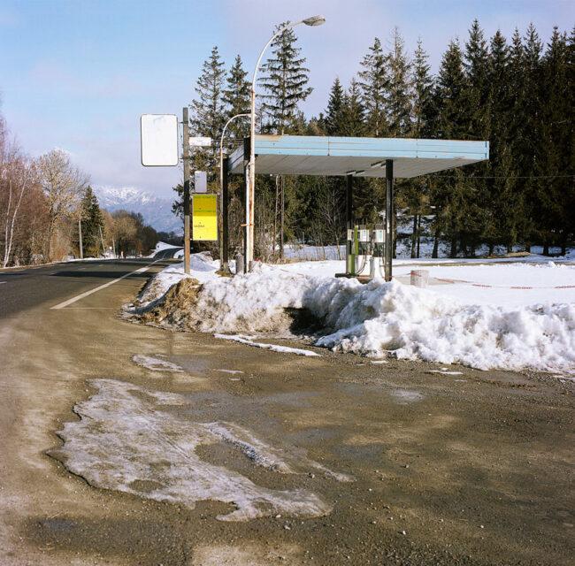 The gas station closed because of snow.La station essence fermée pour cause de neige.