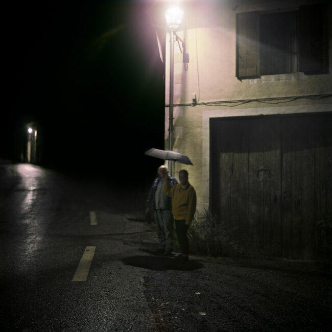 A couple living at Le Motty poses in the rain.Un couple vivant au Motty pose sous la pluie.