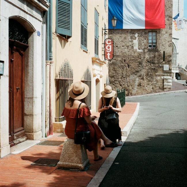 Young women in hats in Grasse.Les jeunes femmes au chapeau de Grasse.